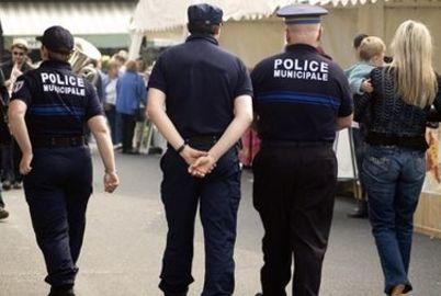 policier-en-patrouille-sur-un-marche